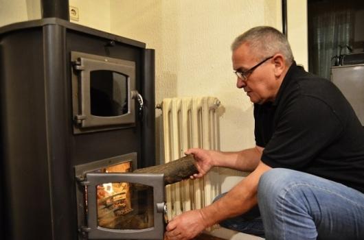 Иноватор из Пирота Јовица Пешић, изумео је специјалну каминску пећ на чврсто гориво уз помоћ које је успео да смањи потрошњу енергента.