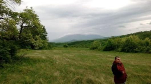 Кликни на слику да је видиш увећано. На слици је Зоран, на плацу будуће еко заједнице. У позадини се види Ртањ, чији врх прекрива магла.