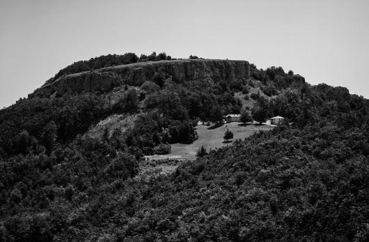 Поглед на манастир Нови Стјеник надомак Микуљског камена